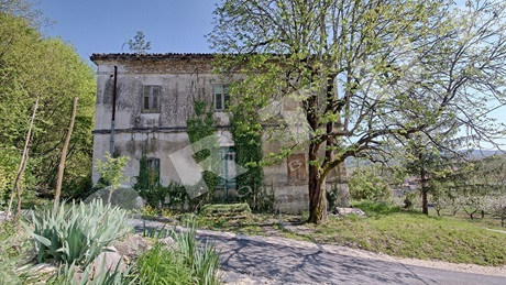 Old school building for sale 518 m2 & 1 306 m2 near Motovun