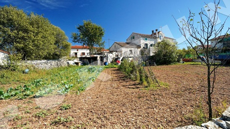 Stone house with building plot in a quiet cul-de-sac location close to Svetvincenat