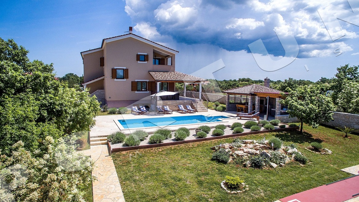 Generous villa with pool in the surroundings of Svetvinčenat, 460.000 €