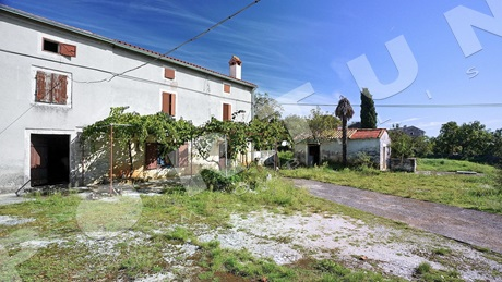 Stone house with spacious yard in the area of Rovinj